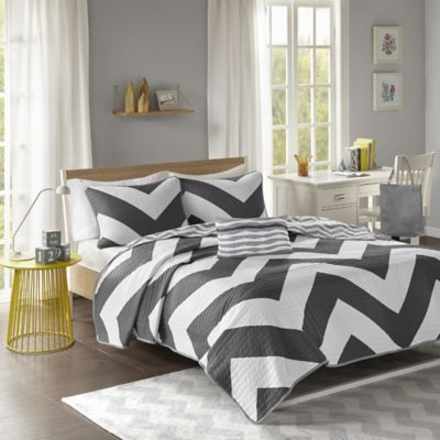Libra Reversible Chevron Full/Queen Coverlet Set in Black/White