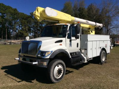 Altec AM547-MH, 53 ft, Over-Center Material Handling Bucket Truck