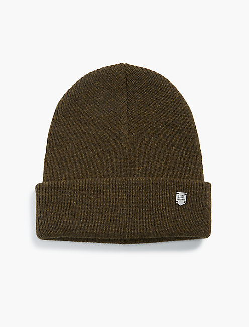 BEANIE WITH METAL PLAQUE,