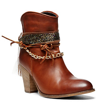 Steve Madden has been known for its cutting edge fashion and one-of-a-kind designs in footwear, For a limited time stock up on shoes with 70% off prices! With Steve Madden's Last Chance Clearance event, save as much as 70%. Use Online. or.