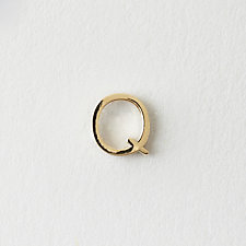 MINI LETTER STUD EARRING - Q