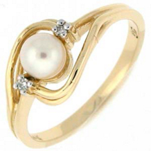 Elegant Pearl Ring with Diamonds