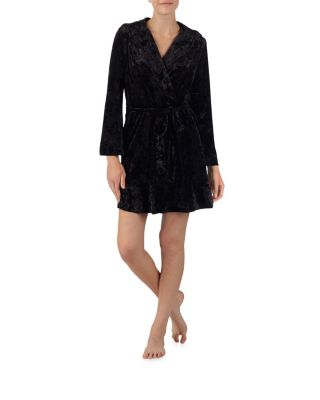 This lush robe exudes a bohemian rocker vibe. Its ultra-relaxed fit hits mid-thigh and is cut from a plush velour surface. Robe Self-tie Long sleeves Mid-thigh hem Velour surface