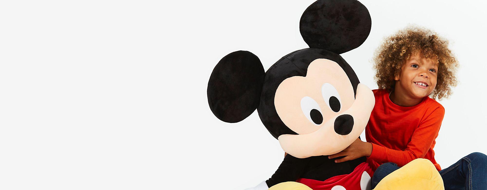 Disney Diffondi la magia attorno a te, assieme alla nostra gamma di giocattoli originali firmati Disney, le linee di abbigliamento, le statutine, tutti gli oggetti da collezione, gli articoli per la casa, i regali per adulti e bambini e altro ancora CONTINUA