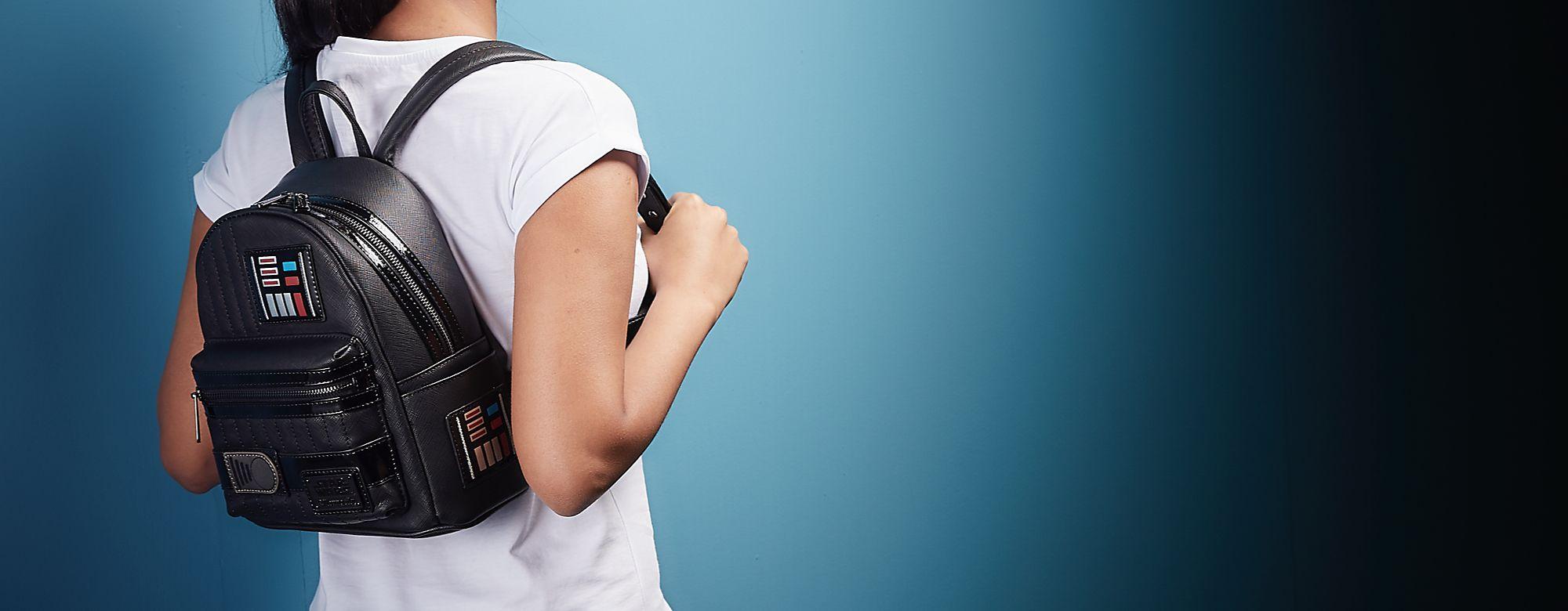 Loungefly Lounge Fly a développé une gamme de bagagerie Disney : sacs, pochettes et porte-monnaie aux motifs de Dumbo, Mickey ou Nemo ! DÉCOUVRIR