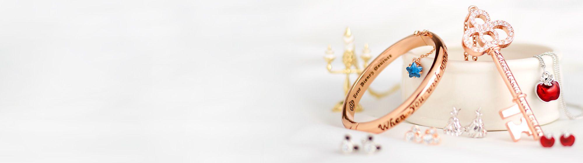 Gioielli Mostra il tuo stile Disney con la nostra speciale collezione di gioielli, orecchini, bracciali e collane dai dettagli ricercati