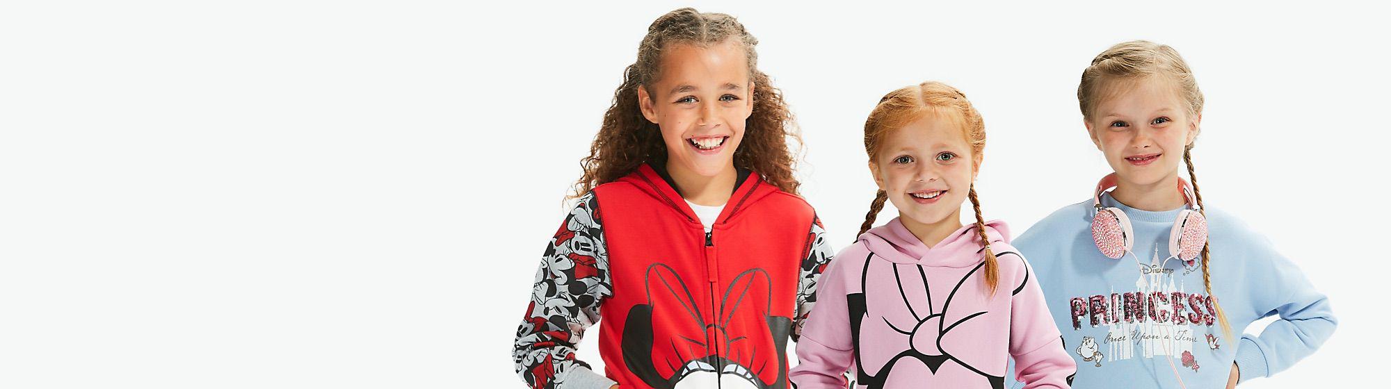 Ropa para niñas Descubre nuestra selección de vestidos de niña  y faldas,  que podrás combinar con una gran infinidad de blusas  y jersey de tus personajes favoritos. ¡Querrás comprarlo todo!