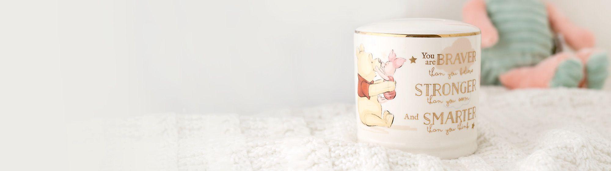 Chambre Bébé et Cadeaux Offrez de jolies décorations pour la chambre de bébé. Un cadre ou une couverture brodée sont de merveilleux cadeaux de naissance !