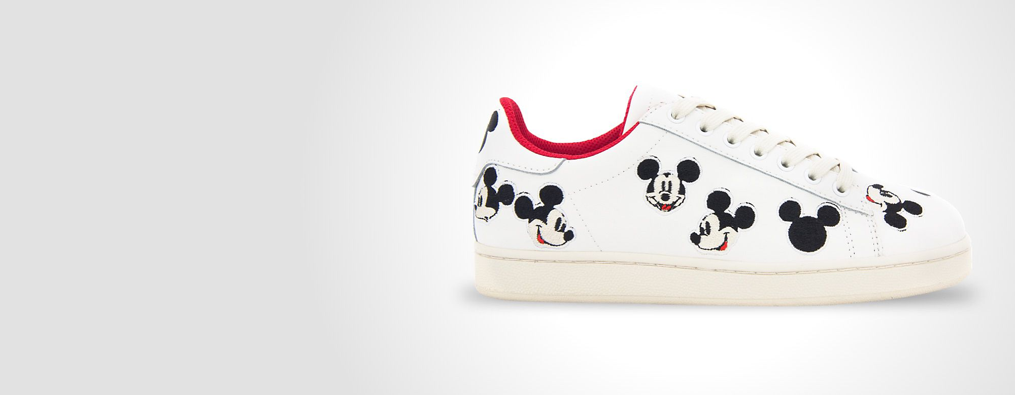 Master of Arts MOA Master of Arts a créé cette magnifique collection de baskets Disney aux motifs graphiques ou illustrés de Mickey et Minnie ! DÉCOUVRIR