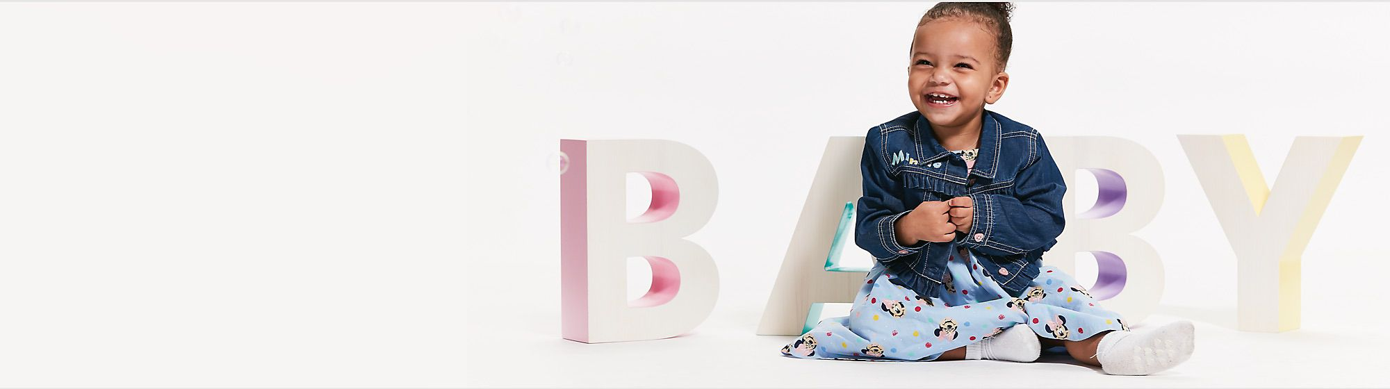 Bébé  Trouvez le cadeau idéal pour l'arrivée de bébé, parmi les tenues et jouets à l'effigie de Bambi, Dumbo ou encore Winnie l'Ourson. DÉCOUVRIR