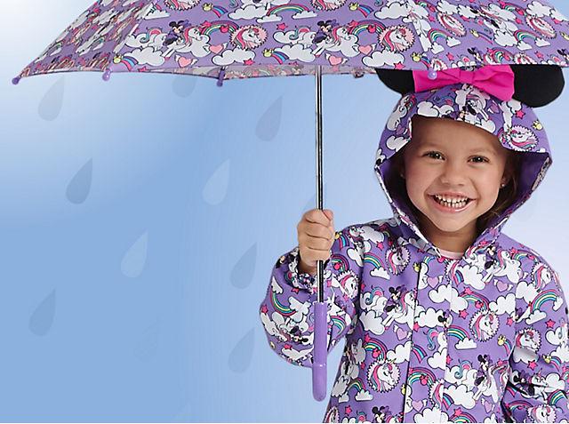 Viva le pozzanghere! Ti presentiamo una nuova collezione di impermeabili, ombrelli e stivali piena di carattere. ACQUISTA ORA
