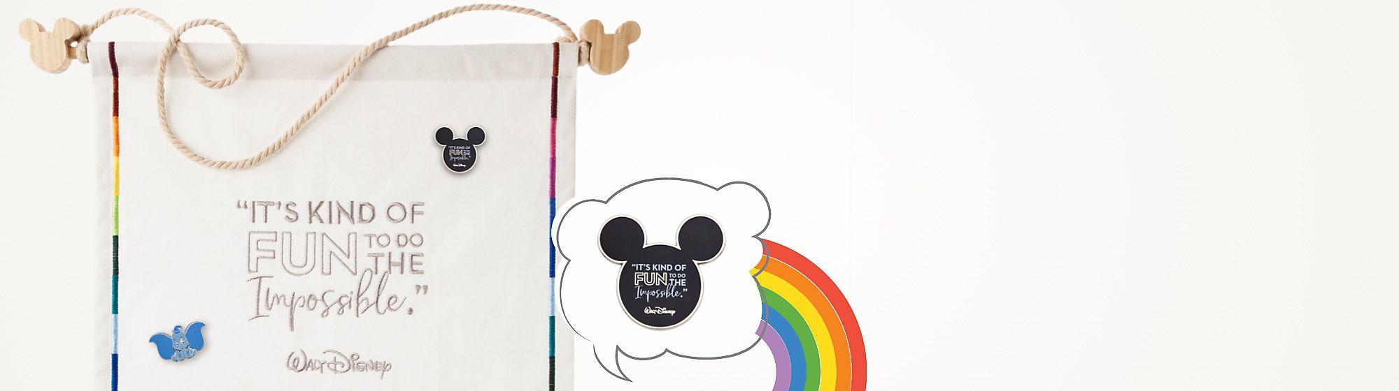 Présentez vos pin's collectionnés tout au long de l'année Bientôt Disponible, ce fanion en toile comporte une citation de Walt Disney et une frise arc-en-ciel