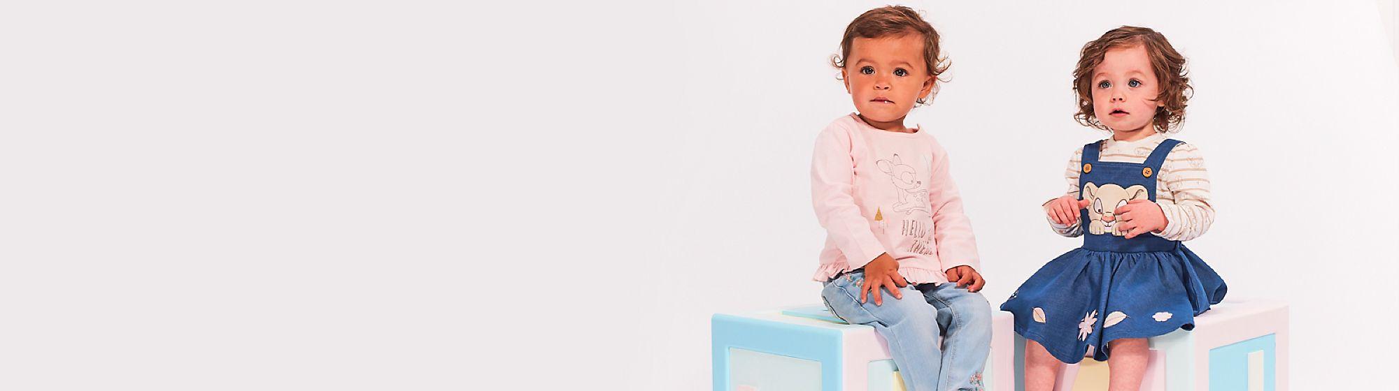 Abbigliamento baby bambina Il tuo bebè sarà ancora più adorabile con la collezione di pagliaccetti e tutine Disney. Nella linea di abbigliamento baby per bambina troverai non solo tutine e pagliaccetti, ma anche completini e t-shirt dei più amati personaggi dei film Disney come Winnie The Pooh, Stitch e tanti altri.