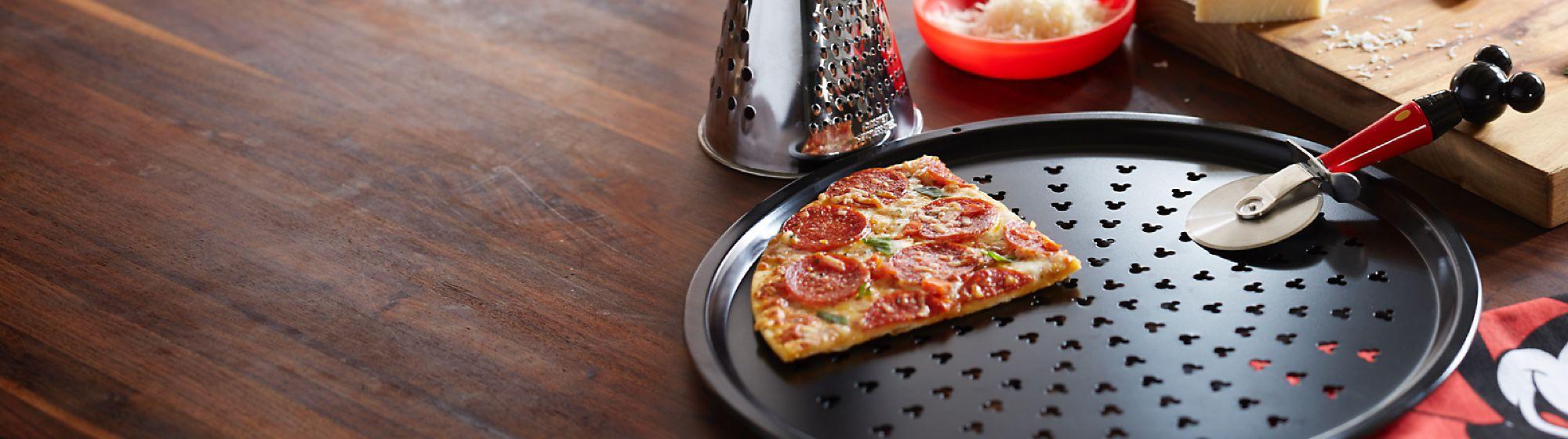 Disney Eats Vous avez soif d'aventure culinaire ? Notre collection exclusive d'ustensiles de cuisine ravira petits et grands !