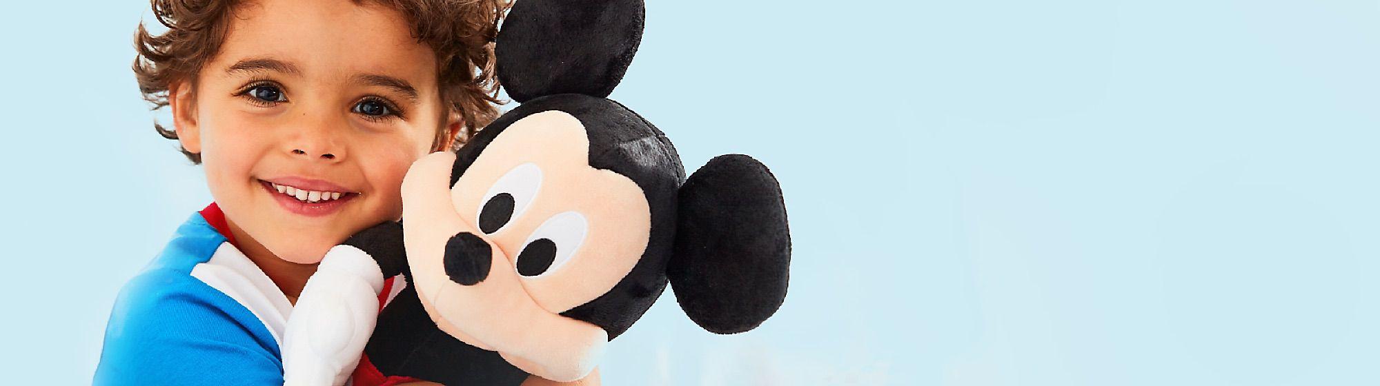 Diffondi la magia attorno a te, assieme alla nostra gamma di giocattoli originali firmati Disney, le linee di abbigliamento, le statutine, tutti gli oggetti da collezione, gli articoli per la casa, i regali per adulti e bambini e altro ancora