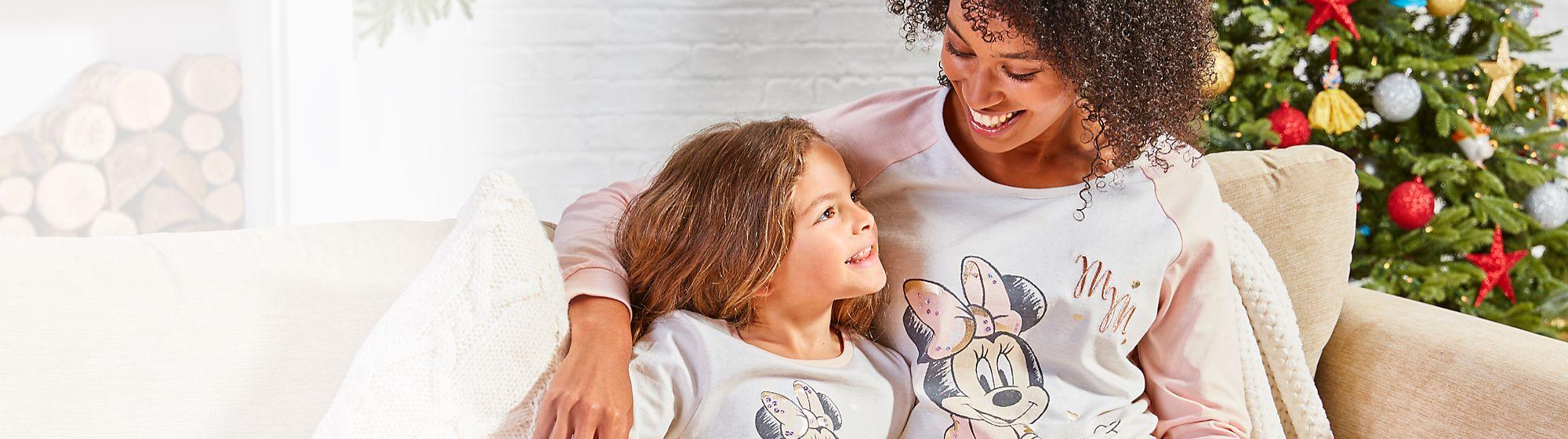 Pour La Nuit shopDisney propose de doux articles pour la nuit, des pyjamas enfants et adultes aux draps de lit à l'effigie de vos héros Disney.