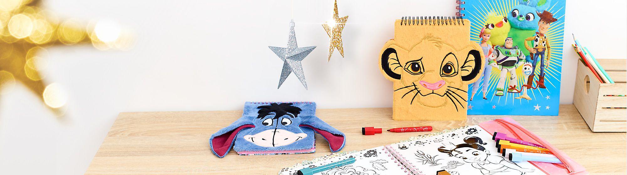 Papeterie Découvrez les articles de papeterie Disney : cahiers, crayons, kits de dessin… à l'effigie de Black Panther, R2-D2 ou encore Olaf. DÉCOUVRIR