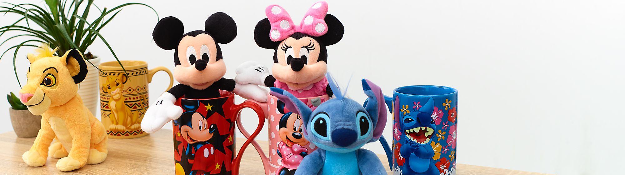 Mugs, Tasses et Gourdes Pour le thé ou le goûter, laissez-vous enchanter par les mugs, tasses et gourdes à l'effigie de vos personnages Disney favoris !