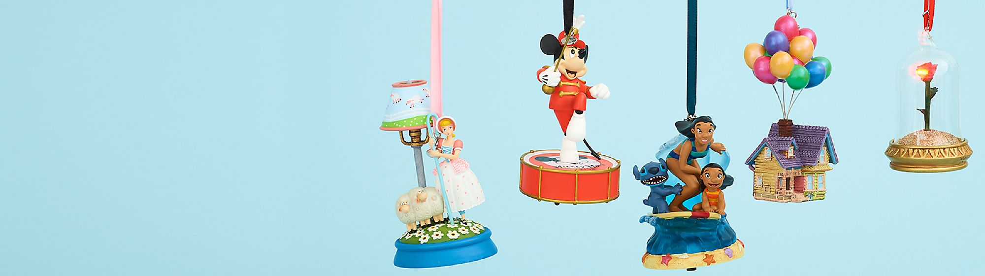 Ornements Pour une décoration magique, découvrez notre collection d'ornements Disney à l'effigie de Mickey, Star Wars ou encore Cendrillon !