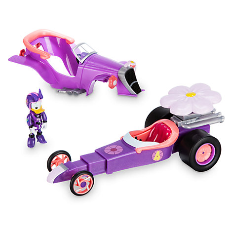 Daisy pilote de course et sa voiture convertible