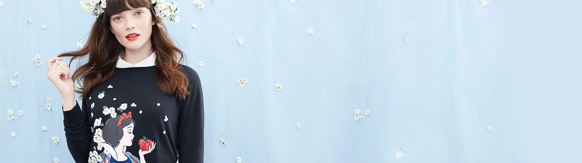 Cath Kidston Fruit de la collaboration Cath Kidston x Disney, voici la merveilleuse collection de vêtements, accessoires, articles de maison et plus. DÉCOUVRIR