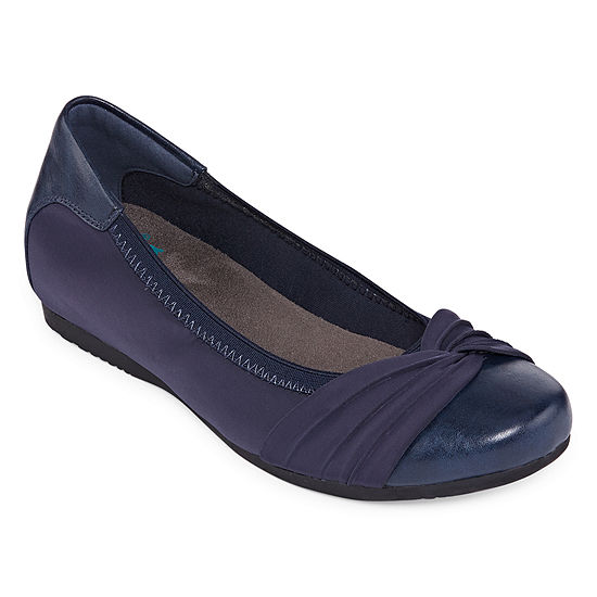 Yuu Womens Marcel Closed Toe Slip-On Shoe
