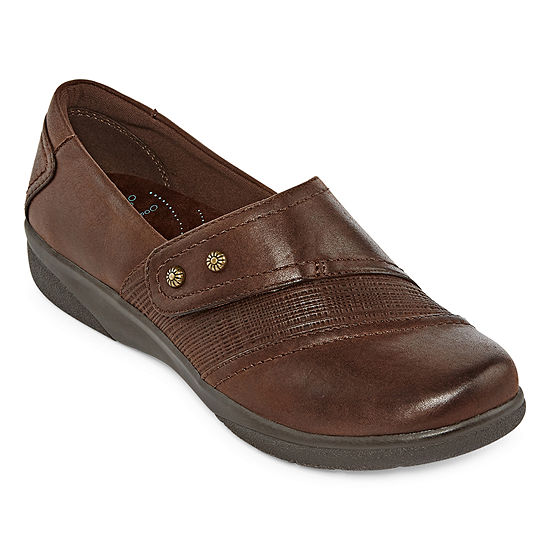 Yuu Womens Dezary Round Toe Slip-On Shoe