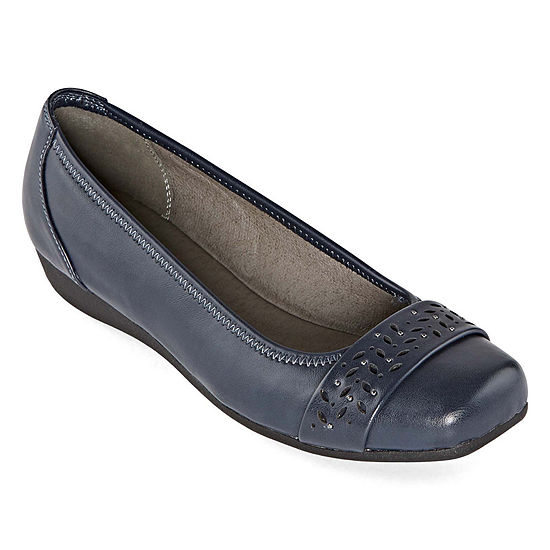 Yuu Womens Eberly Slip-On Shoe Round Toe