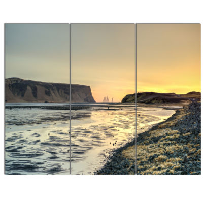 Designart Dyrholaey View Unto Reynisfjara Large Seashore Canvas Art Print - 3 Panels