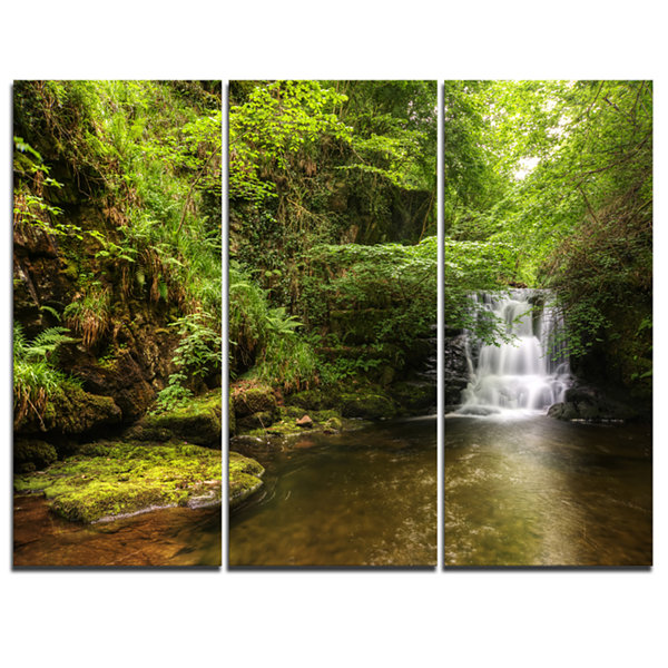 Designart Water Flowing Over Rocks Landscape Photography Canvas Print - 3 Panels
