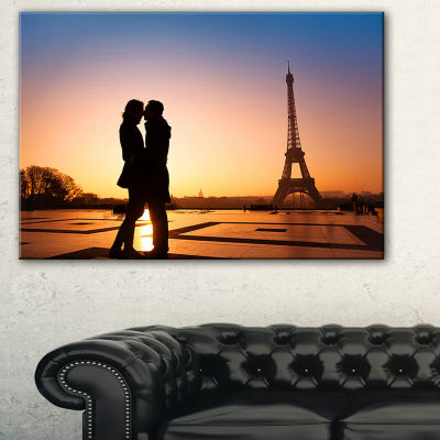 Designart Eiffel With Kissing Couple Landscape Photo Canvas Art Print - 3 Panels
