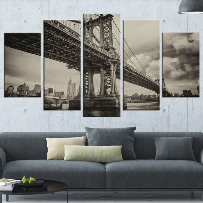 Designart Manhattan Bridge in Dark Gray Large Cityscape Photo Canvas Print - 5 Panels