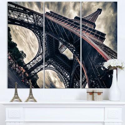 Designart Paris Eiffel Tower in Grungy Dramatic Style Cityscape Canvas Print - 3 Panels