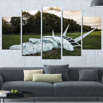 Designart Statue of Liberty Landscape PhotographyCanvas ArtPrint - 5 Panels