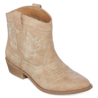 Help her look the part of an experienced cowgirl and shop for girls' boots with a classic Western style. Many of our cowboy boots have feminine details, such as sequins and well-placed fringe. The boots also have sturdy soles and square-shaped heels.