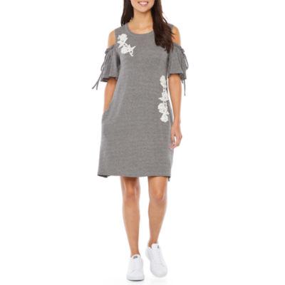 Vivi By Violet Weekend Short Sleeve Applique Shift Dress