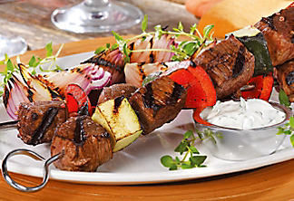Beef brochettes with yogourt and herb sauce
