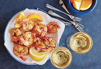 Cinnamon fried shrimps with almonds