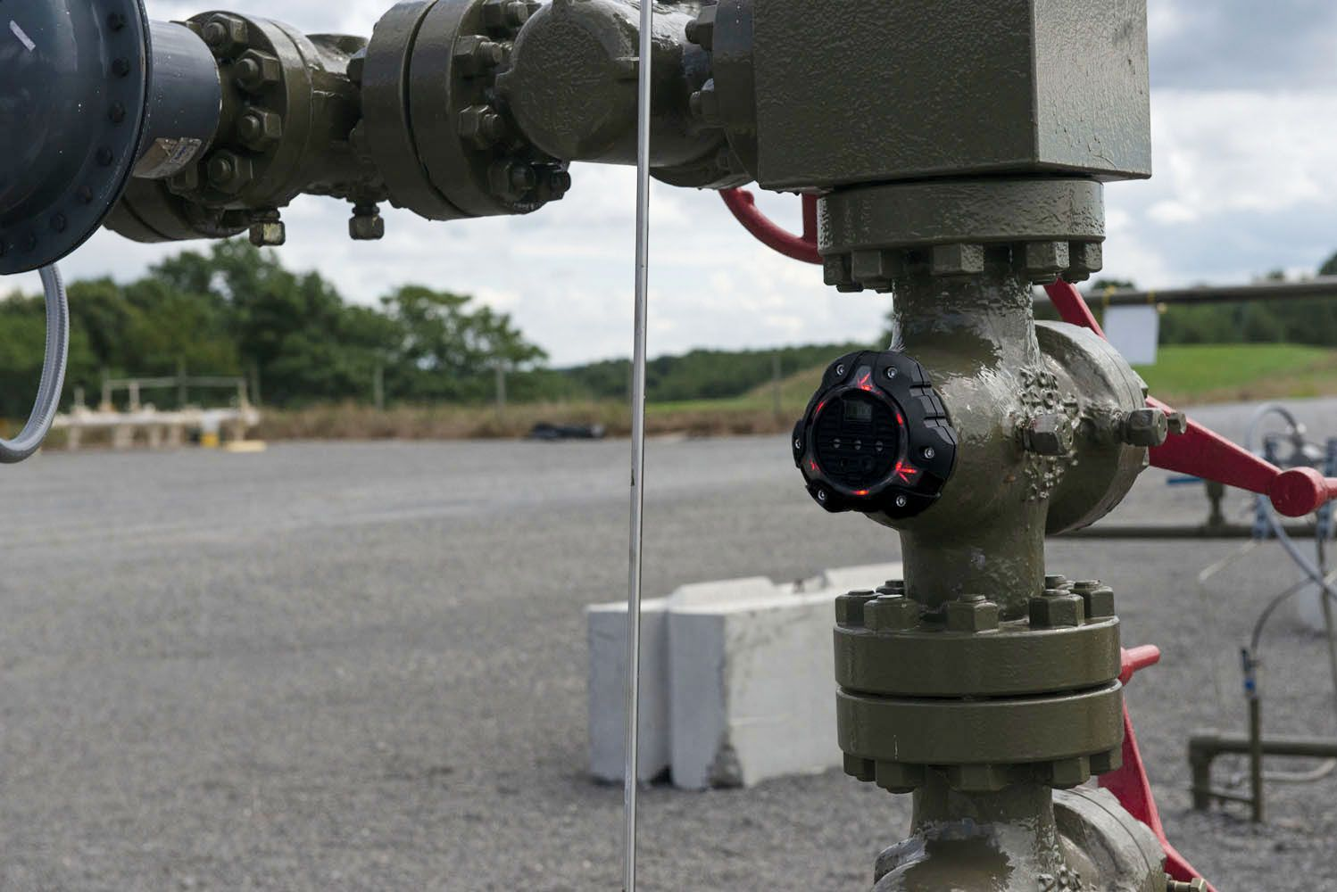 An ALTAIR io360 device blinks red to alert a worksite of a hazard