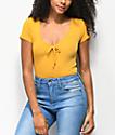 Almost Famous Taylor camiseta fruncida dorada