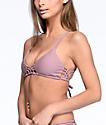 Damsel Macramé top de bikini triángulo en color malva