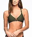 Damsel Macramé top de bikini triángulo en color verde olivo