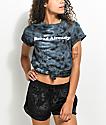 Empyre Bored camiseta negra con efecto tie dye anudada en frente