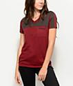 Empyre Durelle Stay Rad camiseta en color borgoño con el cuello en V
