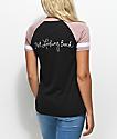 Empyre Janet Looking camiseta en color malva y negro con cuello en V