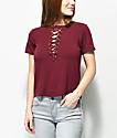 Love, Fire Freddie camiseta con cordones en color borgoño