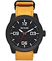 Nixon Corporal Leather reloj análogo en negro y color oro