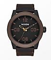 Nixon Corporal reloj analógico en negro, marrón y latón
