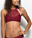 Trillium top de bikini con cuello alto de puntilla en color vino