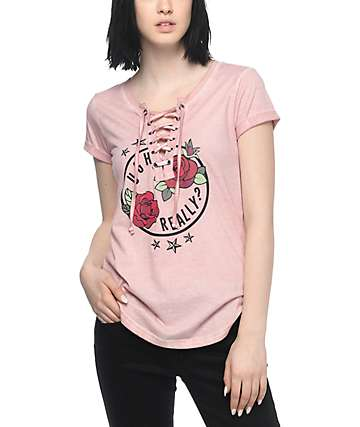 Almost Famous Lannie Ugh camiseta con cordón en color rosa